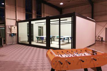 Structures modulaires transformées en salle de formation (91)